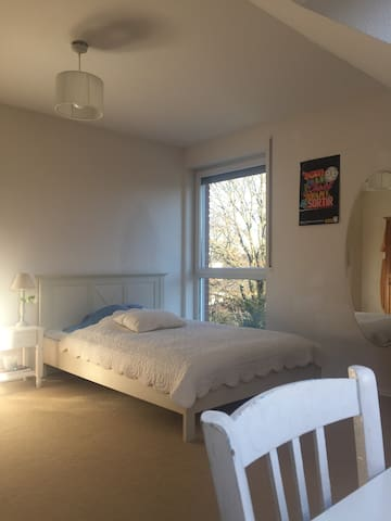 Bright bedroom close to the fair with breakfast - Ratingen - Hus