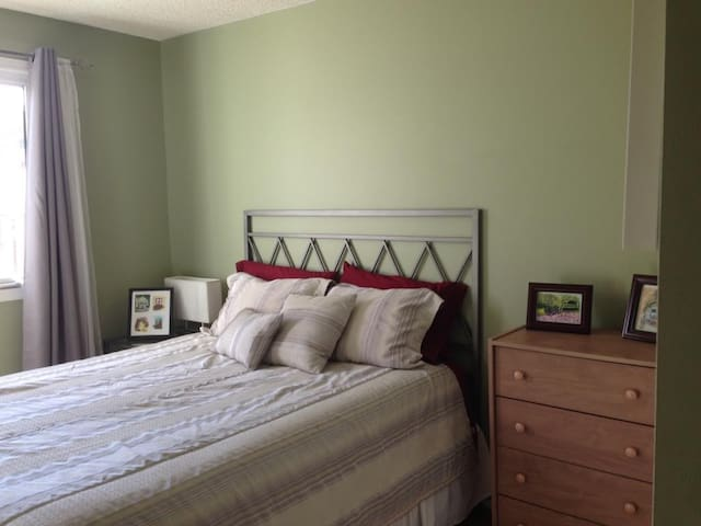 Sunny, peaceful room minutes from U of L - Lethbridge
