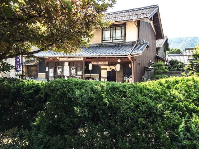 It is a traditional wooden building - Maibara-shi - Haus
