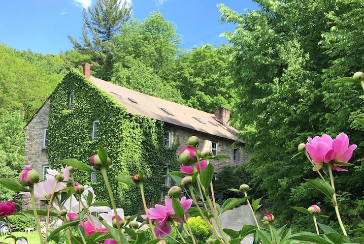 Cozy, Historic Inn near Jiminy Peak Skiing - Canaan - Bed & Breakfast
