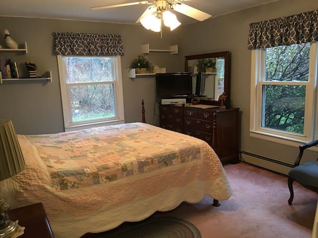 COMFY LARGE BEDROOM, QUIET ST., CLOSE TO WORCESTER - Boylston - Casa