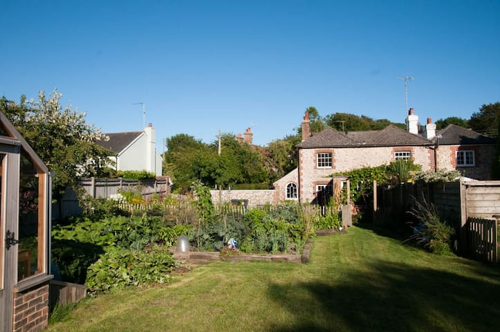 Cosy Character Cottage. Parking! - Polegate - Casa