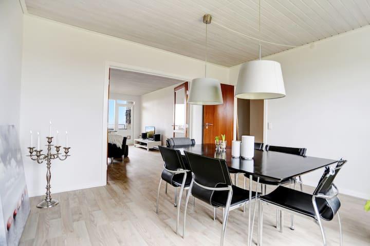 Stor flot nyrenoveret 4 værelseslejlighed m/altan - Randers - Appartement