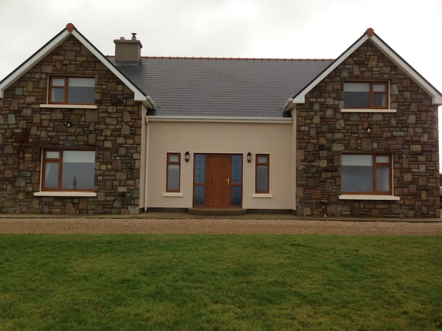 Spacious room with private bathroom - Corclough East - Hus