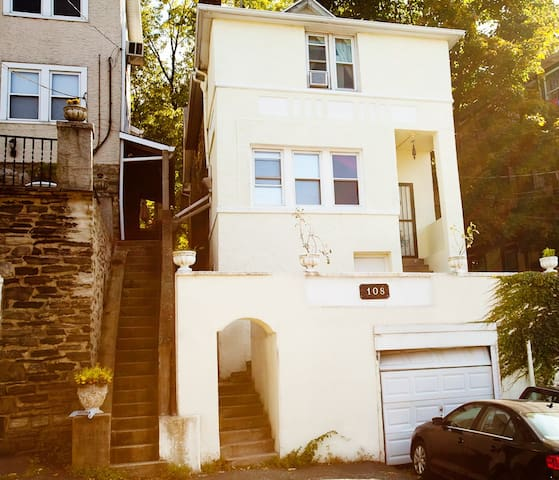 Room w/king size bed, downtown, walk to NYC train - White Plains - Hus