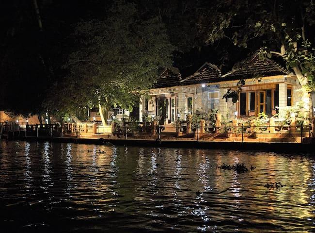 Aquabliss–'PAMBA View'-Royal river-front suite-102 - Champakulam - Ev