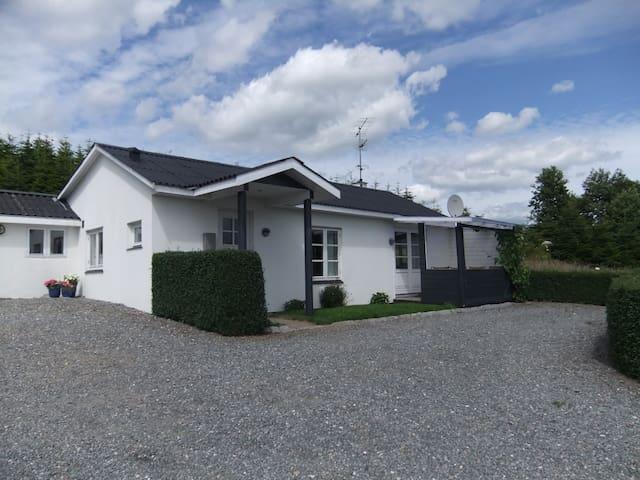 Hus i naturskøn område ved fjorden - Daugård - Casa