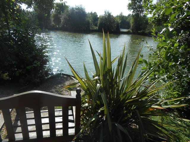 Lily Lake Yurt private HOT TUB set by lake. - Hatfield Peverel