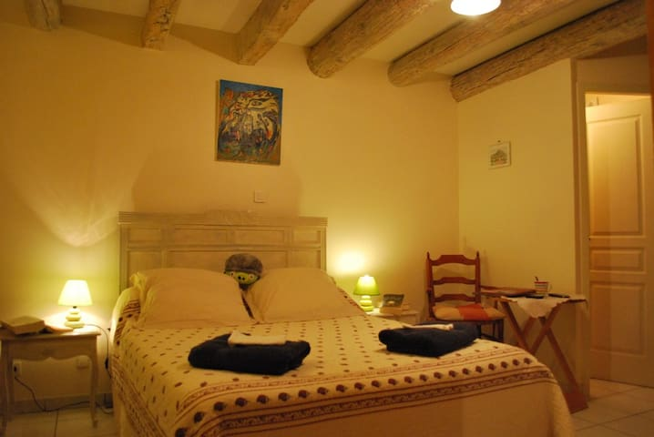 Ancienne maison vigneronne, chambre - Saint-Victor-la-Coste - Bed & Breakfast
