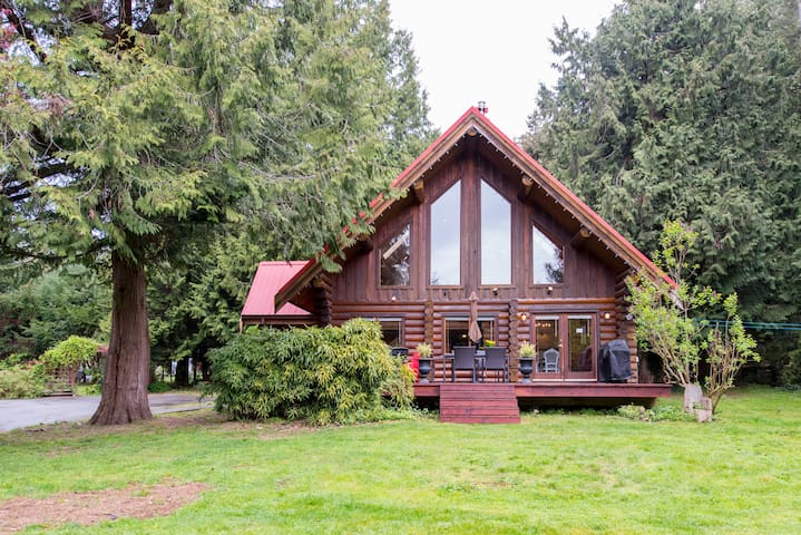 Sunny, family-friendly Log House - Roberts Creek