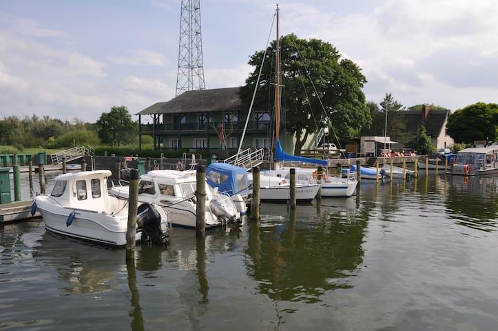 Fewo 63,13 m² direkt am Wasser vis a vis Usedom - Bugewitz - Departamento