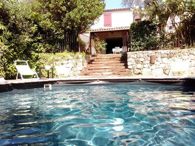 Villa avec piscine et jardin idéalement située - Grasse - Rumah
