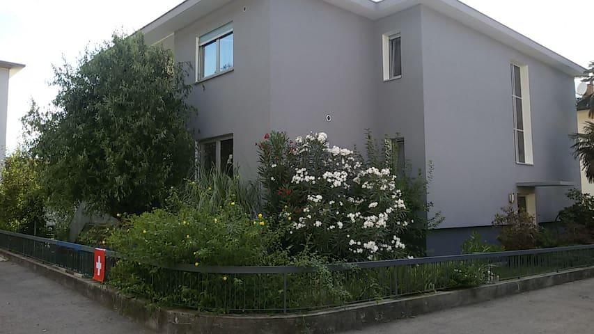Camera spaziosa in zona tranquilla - Camorino - Huis