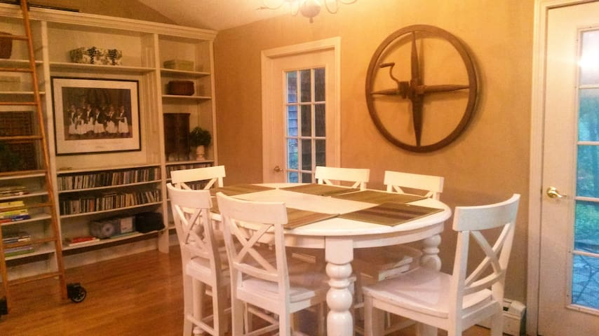 Secluded Village Cottage - North Stonington - Casa
