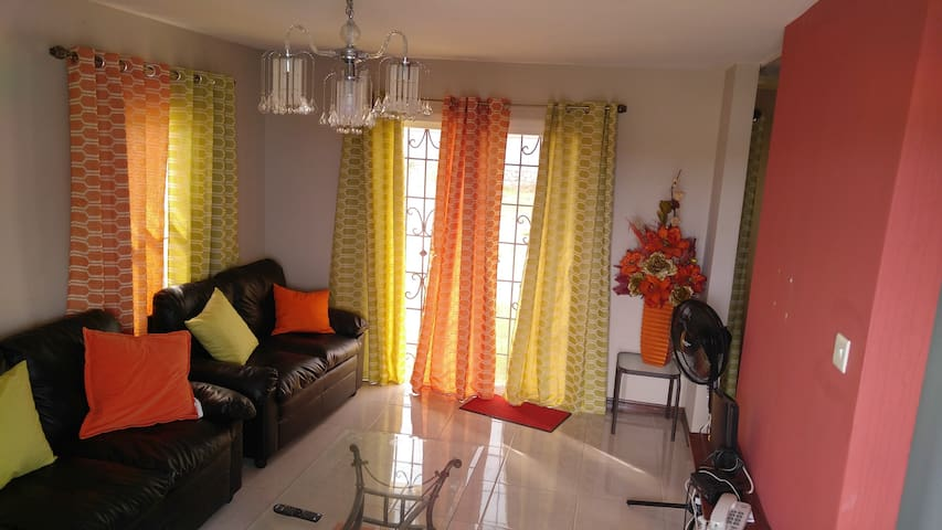 Bayfront Villa, secure, gated; walk to the beach - Portmore - Villa