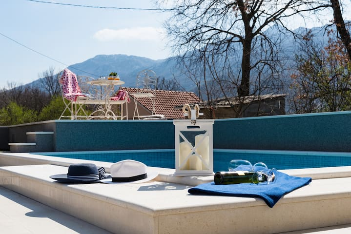 Little cozy house Mia with pool and jacuzzi in! - Dugopolje - 一軒家