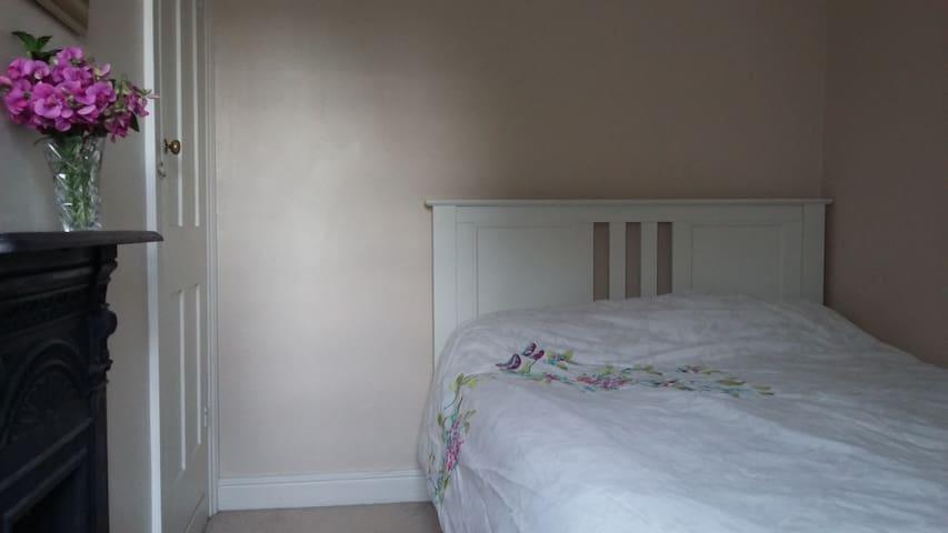 Double bedroom in clean Victorian terrace. - Saint Ives