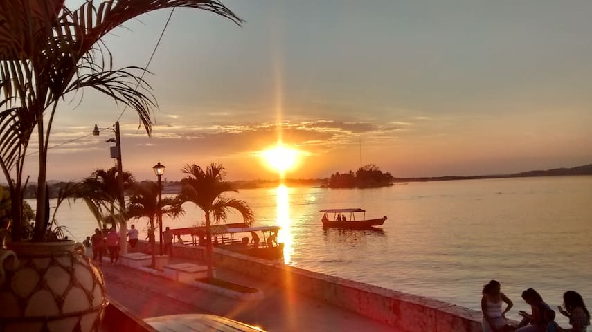 FLORES WATERFRONT HOTEL LACANDON  - BACKPACKER - Flores