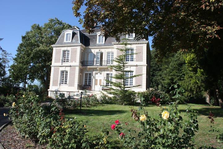 Le Castelet - Ensemble des Chambres - Avesnes-en-Bray - Castillo