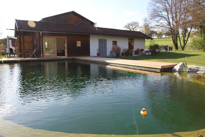 Modernes Gästehaus direkt am Badeteich - Feldkirchen-Westerham - Pension
