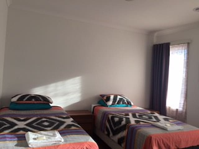 Mia Room 20kms to Melbourne CBD, close M1 Freeway - Williams Landing - Bed & Breakfast
