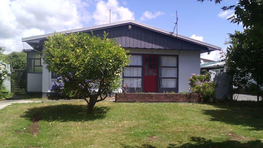 2-single bed sunny room close to city centre - Rotorua - Casa