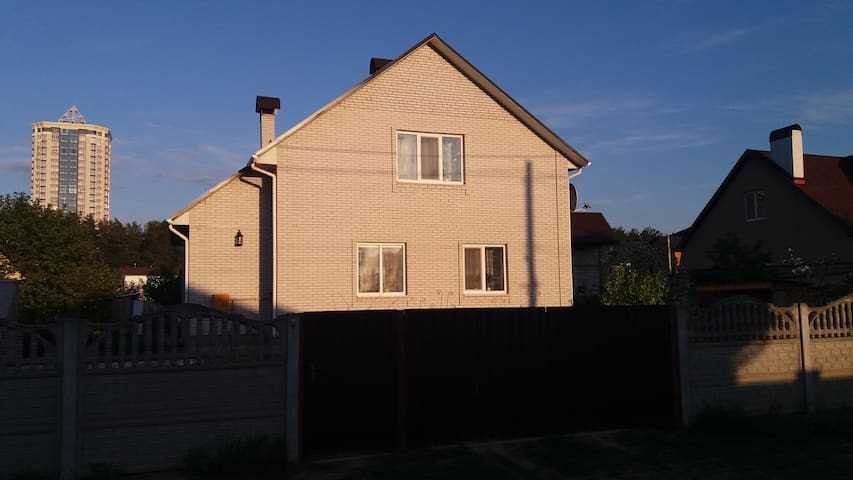Светлая комната в лесном квартале - Brovary - Hus