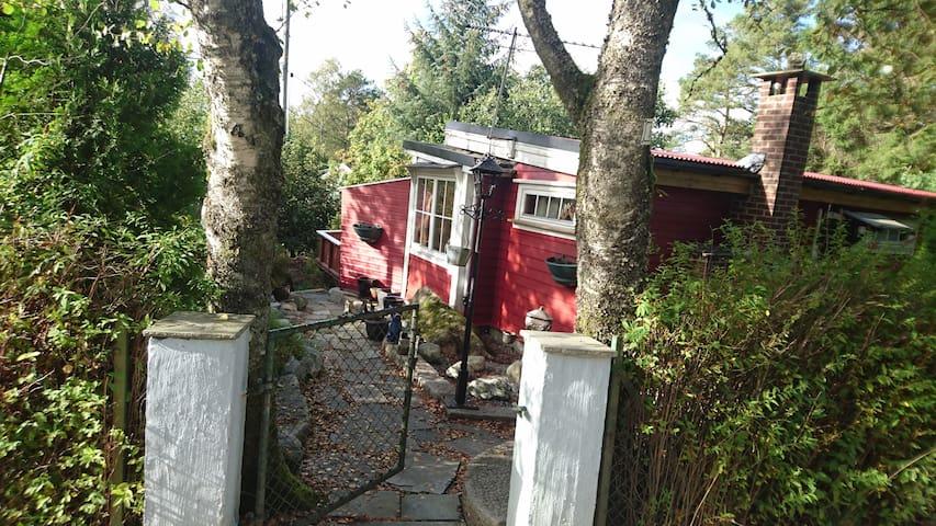 Liten koselig bolig i nærheten av sjø/turterreng. - Bergen - House