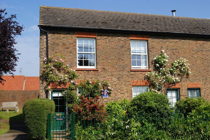 Cosy 2 bedroom Old Post Cottage on village green - Rodmersham Green, near Sittingbourne