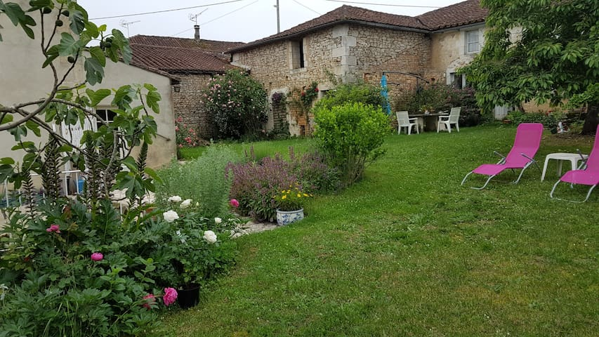 Independent house with beautiful view and garden - Vilhonneur - Ház