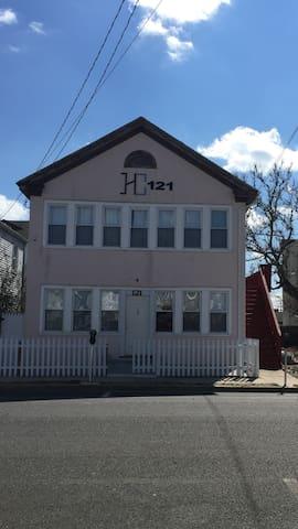 121-Beach house has 2 apt (16 guest - Seaside Heights - Leilighet