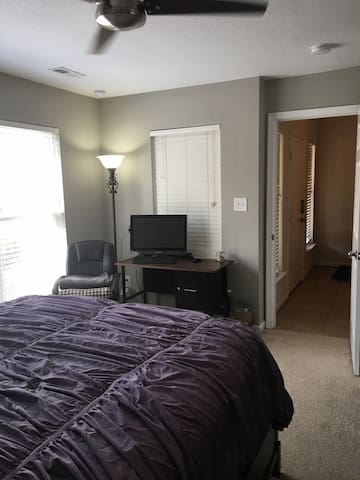 Comfy Downstairs Room Close to Base - Newport News - Dom