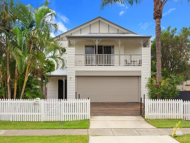 Outdoor living for 8+ with pool. Dogs welcome - Graceville