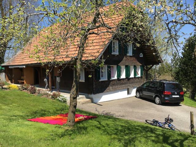 Schmuckes, kleines Bauernhaus mit tollem Umschwung - Romoos - Casa