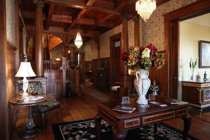 Edwardian Inn - John Hanks Alexander Room - Helena-West Helena