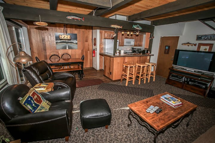 Snow Summit Adventure Ski Condo~Fireplace~WiFi~Great Patio~Walk To Slopes~ - Lac Big Bear - Appartement