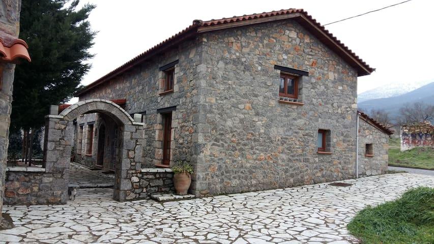 Πετρόχτιστα σπιτάκια στον Παρνασσό - Ano Kalivia - Huis