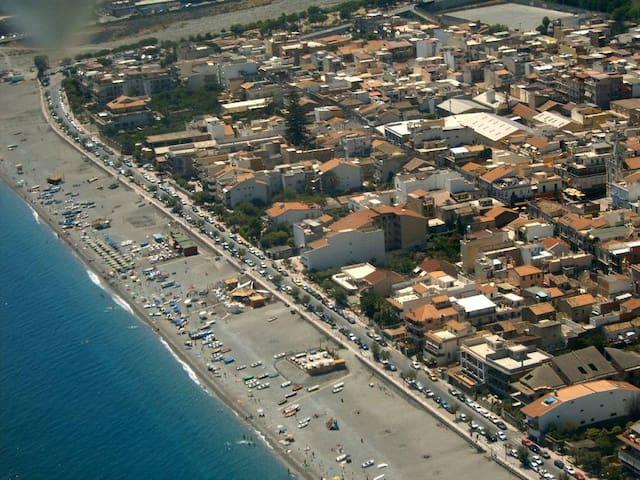 Bivani  panoramico  50 mt. dal mare in centrocittà - Roccalumera - Huoneisto