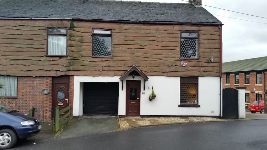 4 bedroomed cottage in quiet village - Mow Cop, England, GB - 一軒家
