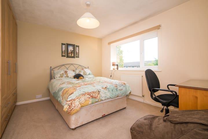 Large comfortable double room - Poynton