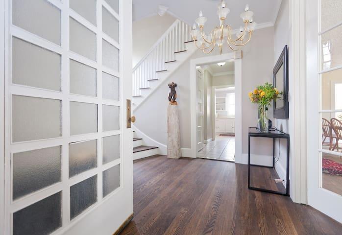 Cozy Room in  Historic District - Hartford - Huis