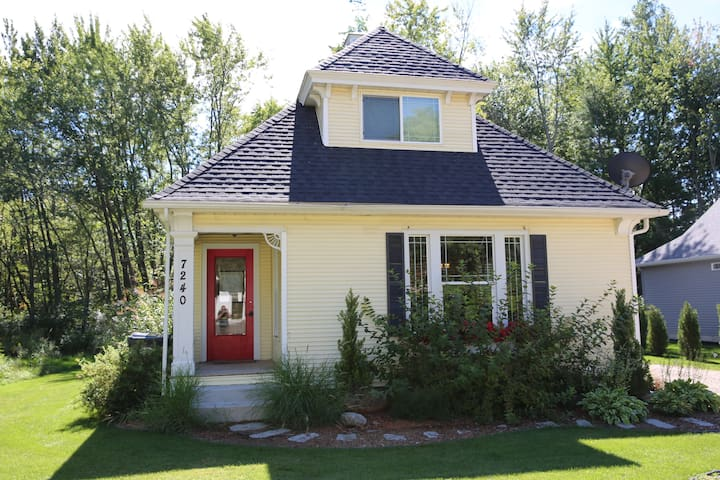 Charming Beach Cottage a block from Lake Michigan! - South Haven - Casa