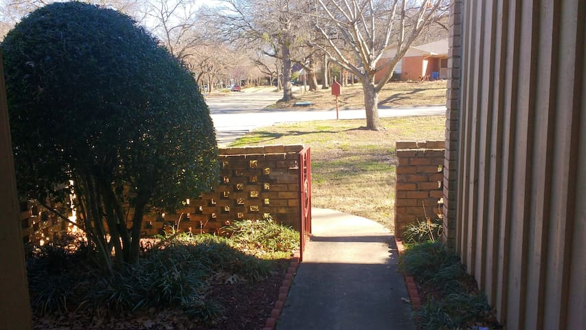 Entire two-story house close to TWU & Downtown - Denton - Huis