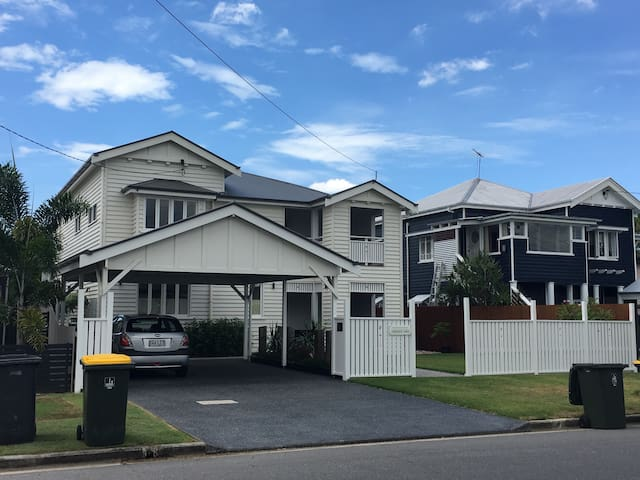 Modern large home 8mins to A/port/CBD own b/room - Brisbane Airport - Hus