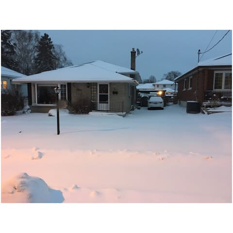 Large room in a cozy home/quiet neighbourhood! - Belleville - Huis