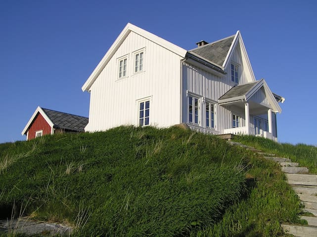 The Lighthousekeepers recidence - Kvenvær - Casa