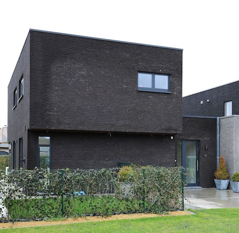 Modern house on a quiet and calm location - Waarschoot