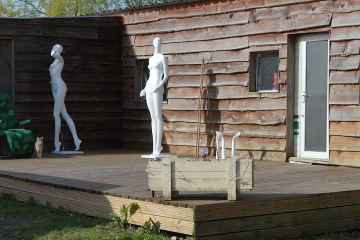 Quirky Log Cabin In A Yard Full Of Mannequins - Fulbeck - Houten huisje