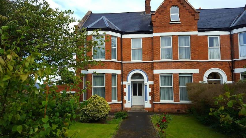 Spacious en suite bedroom with picturesque view - Belfast