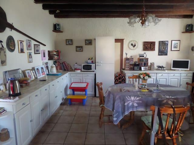 Rural French Farmhouse - Montaigut-le-Blanc - Huis